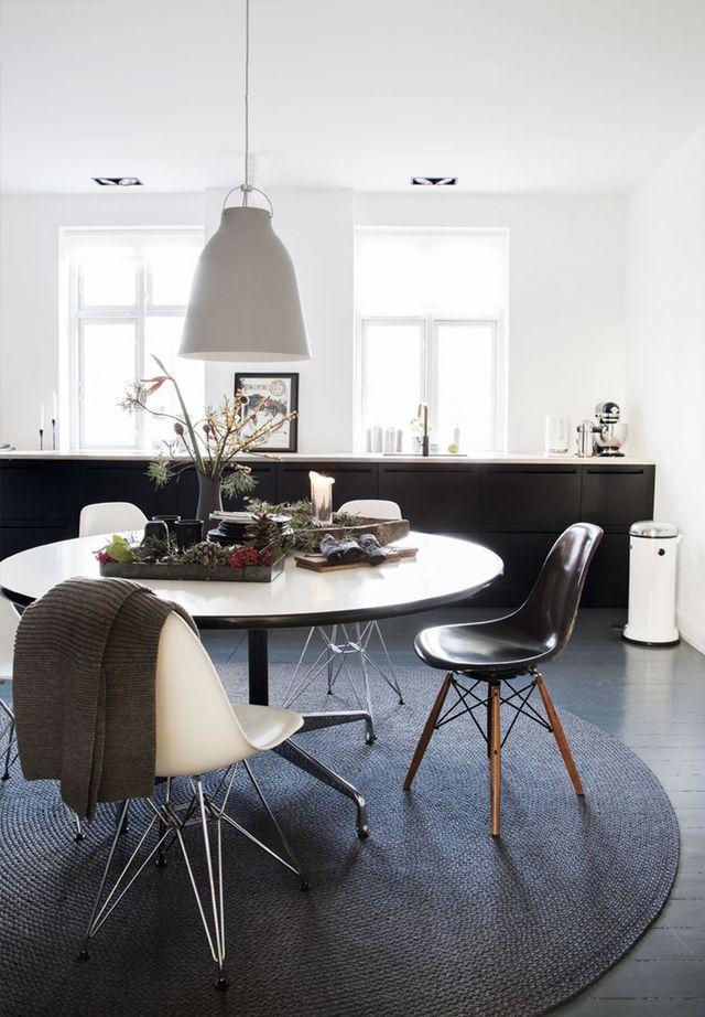 Linspiration du jour vient de cette maison danoise en noir et blanc avec sa déco de noël minimaliste et graphique ponctuée de branches de pin et de fleurs