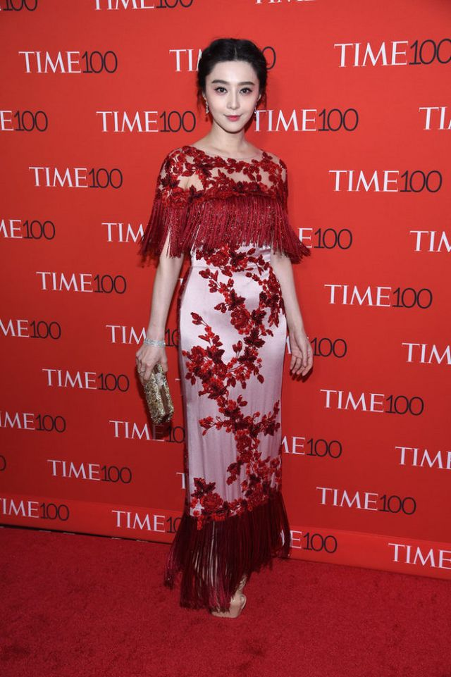 c14edb64361 Fan Bingbing never disappoints in the style department! This time was no  exception, with her choosing a red and blush, floral-embroidered Marchesa  design ...