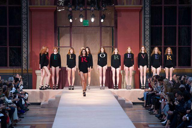 El desfile primavera - verano 2017 de Sonia Rykiel pudo haber sido uno de  los momentos más nostálgicos y tristes de la Semana de la Moda de París 82c47cf1cda