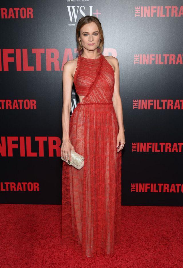 a4be8e5460 Un bonito escote halter y un cut out lateral daban vida al vestido largo de  encaje rojo de Jason Wu Pre-Fall 2016 que lució la actriz. Como colofón