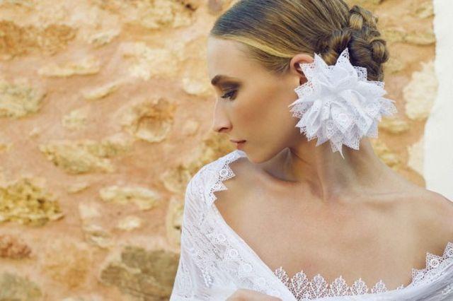 abf8057013 Un velo con flores de tul para las novias clásica o una flor de puntilla  para lucir a una lado para una novia bohemia