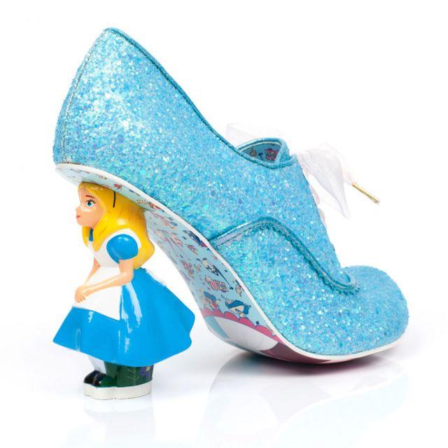 Así son estos zapatos especiales dedicados especialmente a la película a   Alicia a través del espejo  f5a75de9e61