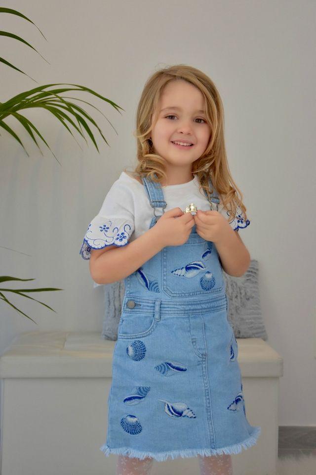 La piccola salopette di jeans è infatti decorata con conchiglie ricamate  ton-sur-ton che la rendono davvero adorabile. Camilla l ha indossata con  una ... c3eff3c9624