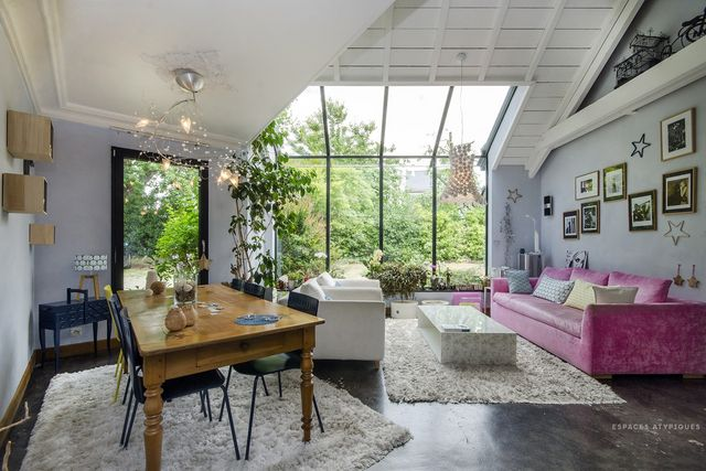 This red cedar architect house is on the market at espaces atypiques with an area of 195m ² it presents an eclectic decoration sometimes contemporary