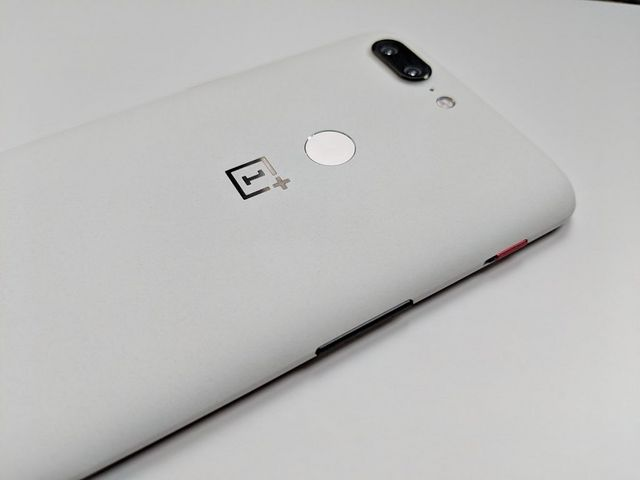 Sandstone White OnePlus 5T Hands On: An Iconic Stormtrooper Variant