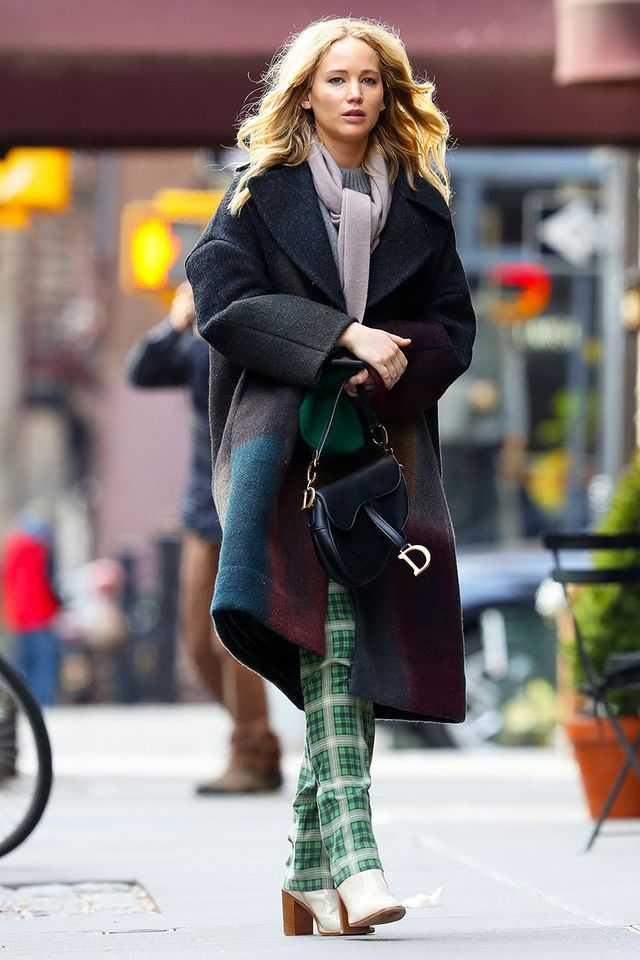17c9addff57 Jennifer Lawrence s Anti-Athleisure Leggings Outfit Is Ridiculously ...
