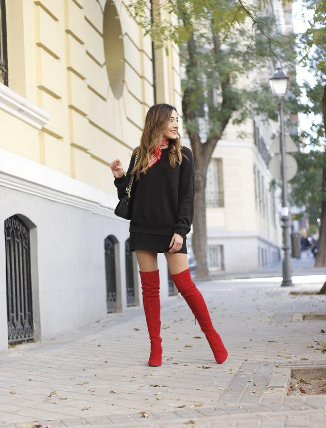 ef8c1f0c En este look total black con jersey y falda añadi los toques en rojo con  unas espectaculares botas altas ...