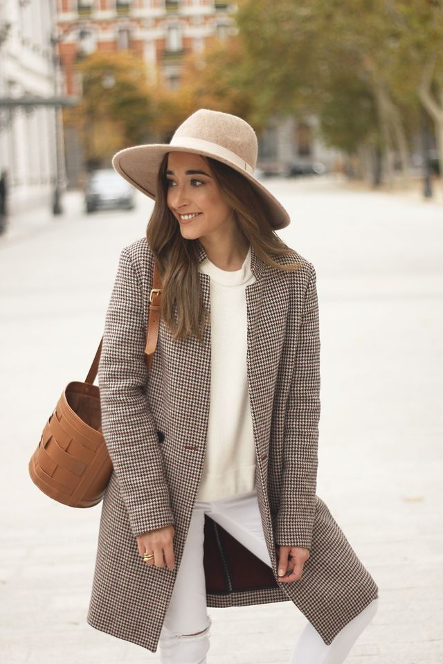 ff1539ddc739 Abrigo/Coat: Zara, Sombrero/Hat: Primark, Zapatillas/Sneakers: Converse,  Bolso/Bag: Coach, Sweater: Zara. The post White Outfit ...