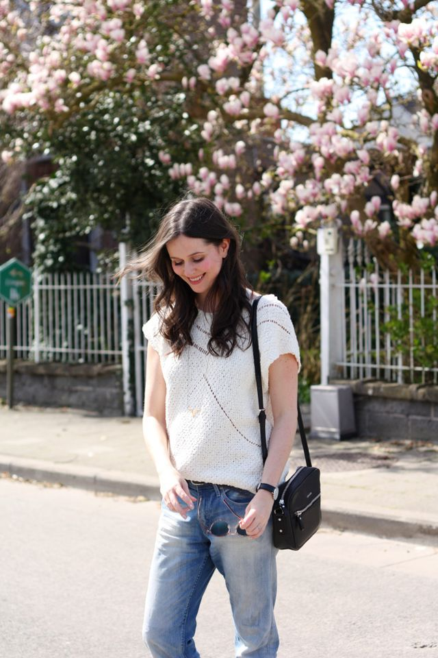 b82c07e6015 Outfit  rose gold Tevas and boyfriend jeans