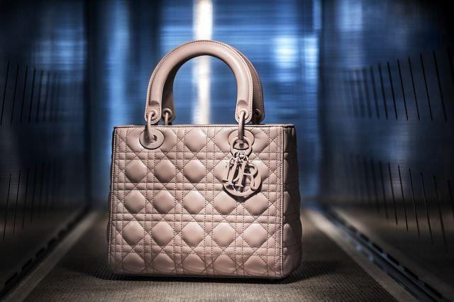 fec91defc Así se fabrica el Lady Dior, el icónico bolso que enamoró a Lady Di y que  lleva su nombre