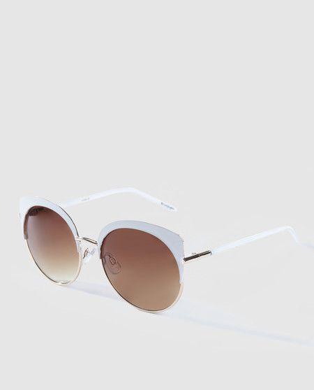 4a333718eb Gafas de sol de mujer El Corte Inglés de montura al aire redonda en blanco  en El Corte Inglés por 24,95 euros.