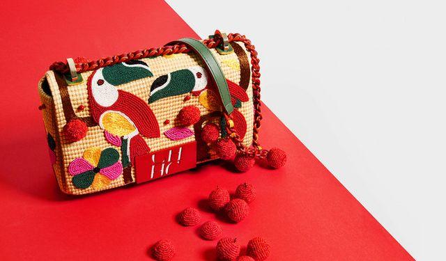 El bolso  Bimba  de Carolina Herrera lleva ya 15 años dando guerra y  regalándonos estilo. Se ha convertido ya en un diseño icónico df613528c64c