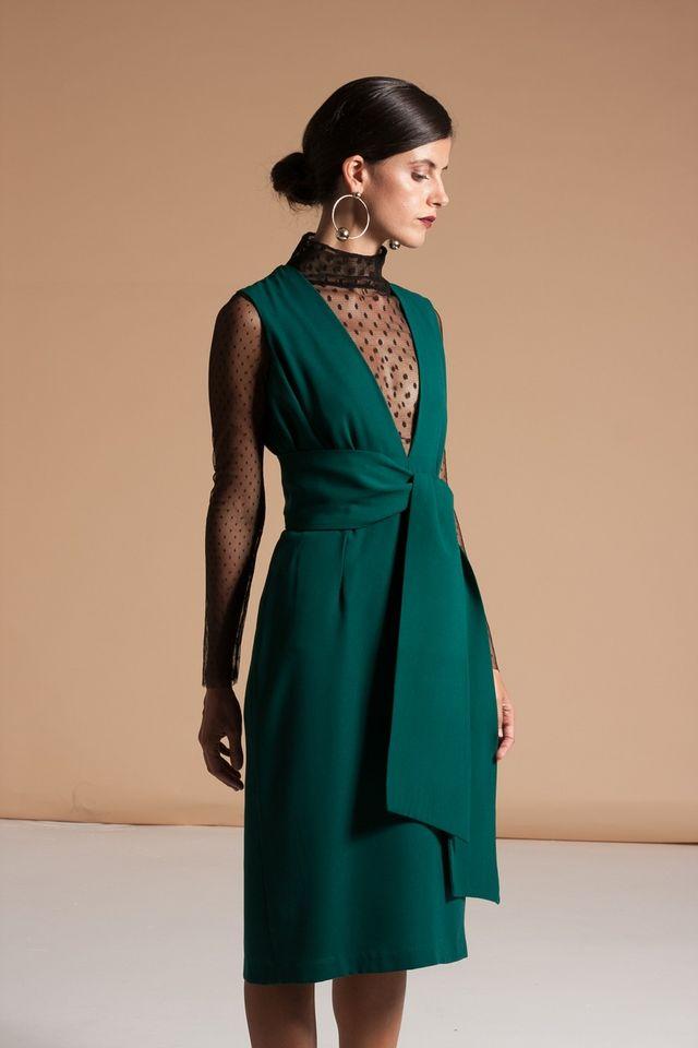 8ced2f26a ... es este vestido corto de mangas capa en un favorecedor color coral. Un  diseño muy femenino y sofisticado ideal para una boda de mañana de  Apparentia.