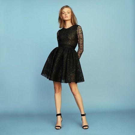 bb1ebd64e8 Para las que sí se atreven a ir de negro a una boda (el protocolo  recomienda que no) este vestido corto es ideal. Un modelo calado y cuajado  de lentejuelas ...