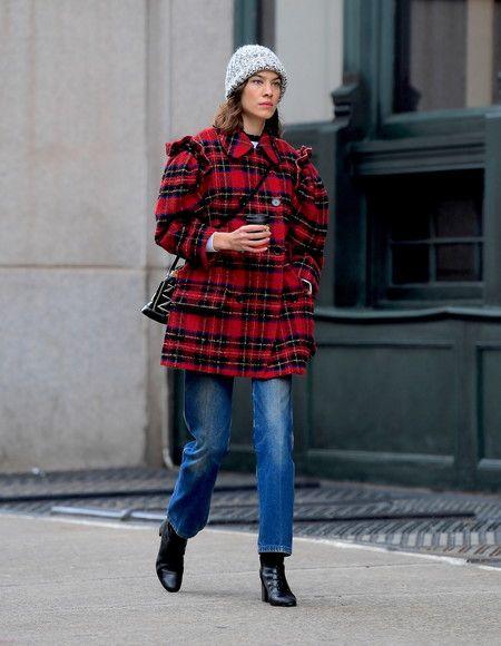 Con la versión Malletage Alma de Louis Vuitton (diseñada por Nicolas  Ghesquière en la colección Otoño-Invierno 2014 2015) y un sencillo gorro de  lana gris ea9b7d13eae