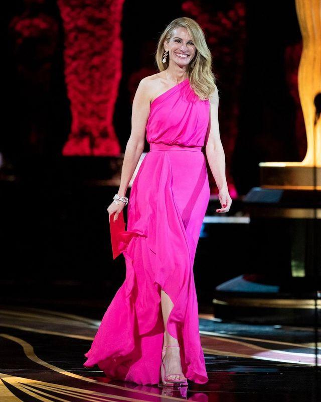 1dd6ba3a5 El rosa ha sido el protagonista de las Oscar 2019  15 vestidos rosa de  invitada para esta primavera