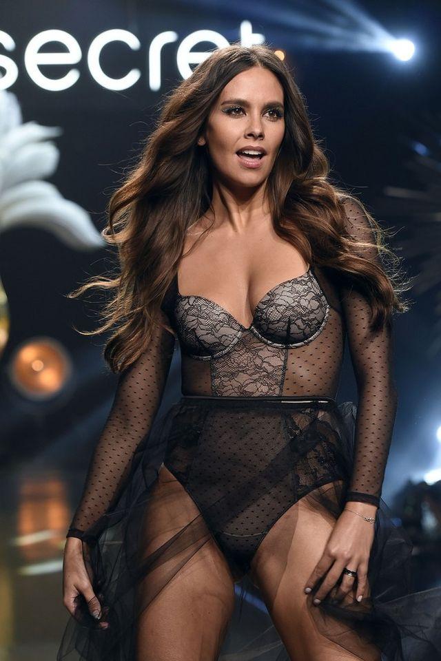 51e25f13ad Cristina Pedroche deslumbra desfilando en lencería para Women ...