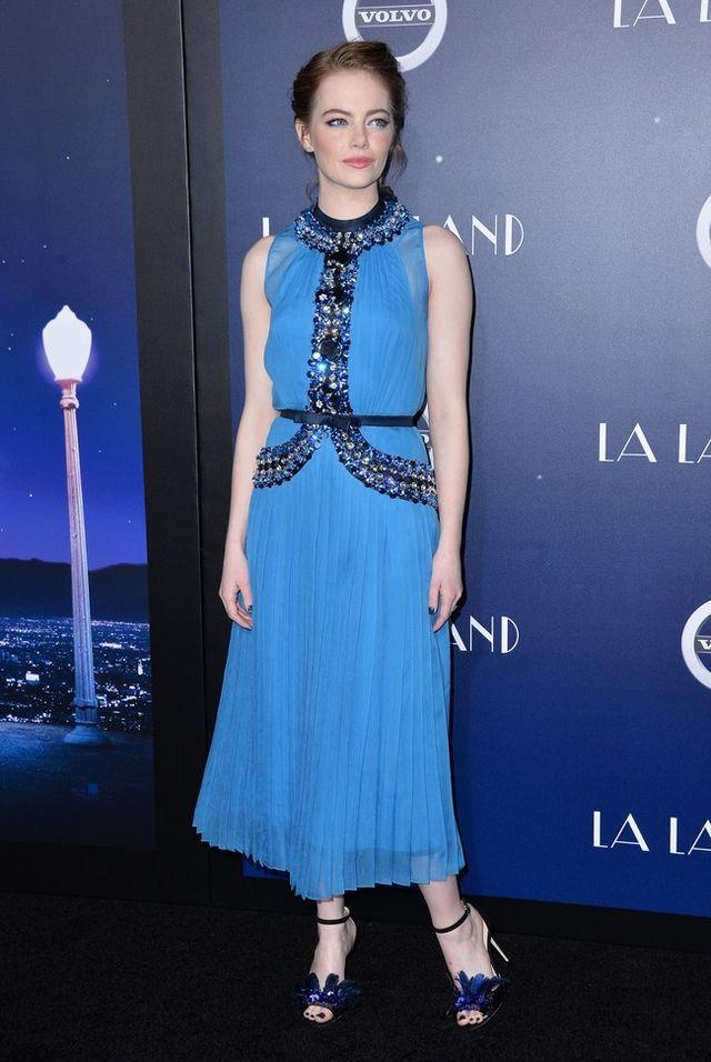 104e0aaee No hay color que se le resista a Emma Stone, de azul también está ...