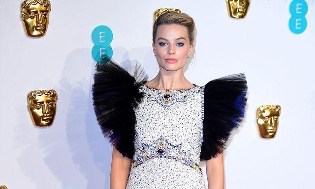 1e8fcd51e Premios BAFTA 2019  Margot Robbie luce uno de los vestidos más ...